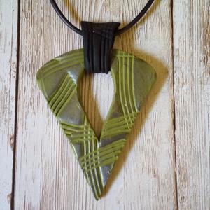 Oliva medál, Ékszer, Nyaklánc, Medálos nyaklánc, Gyurma, Ékszergyurmából készítettem ezt az egyedi nyakláncot. A lánc anyaga viaszolt szál, mérete 45 cm (más..., Meska
