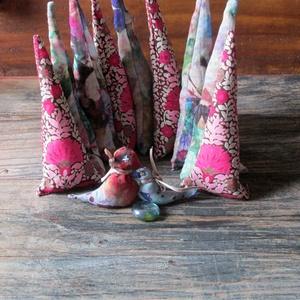 Sátorozó madárpár-textilkirakó gyerekeknek, Játék, Gyerek & játék, Készségfejlesztő játék, Babzsák, Bútor, Otthon & lakás, Varrás, Újrahasznosított alapanyagból készült termékek, Ehez a kirakóhoz két kismadár is tartozik, akik indiánsátrat építenek, abban rejtik el kis üvegtojás..., Meska