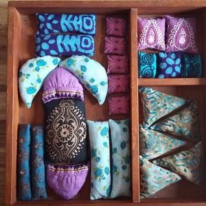 Illatos búzazsákocskák(lila-türkiz)-kirakóhoz gyerekeknek(26db), Játék, Gyerek & játék, Készségfejlesztő játék, Varrás, Újrahasznosított alapanyagból készült termékek, A búzazsákok készítésekor 100%-ban pamut anyagokat használtam, amelyek Indiából és Ghánából  származ..., Meska