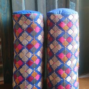 Hímzett hengerpárna - marokkói ihletéssel, Dekoráció, Otthon & lakás, Lakberendezés, Lakástextil, Párna, Hímzés, Varrás, Eredeti, régi indiai hímzésekből megalkotott párna, csodaszép élénk színekkel, sok kézi öltéssel tov..., Meska