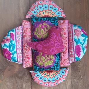 Fészek-  Illatos búzazsák készlet-kirakóhoz gyerekeknek, Gyerek & játék, Játék, Készségfejlesztő játék, Varrás, Újrahasznosított alapanyagból készült termékek, Bordó, rózsaszín, lazacszín, szegfűk, virágok alkotják a játék mezejét ahol egy kismadár épít fészke..., Meska