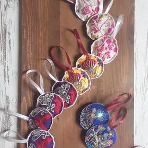Hímzett karácsonyfadísz, Otthon & Lakás, Dekoráció, Varrás, Hímzett indiai textilek felhasználásával készült, hátul filc karácsonyfadíszek, szatén szalag akaszt..., Meska