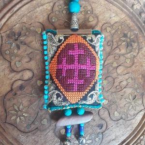 Amulett szegfűszeggel, Otthon & Lakás, Lakástextil, Párna & Párnahuzat, Hímzés, Varrás, Szegfűszeggel töltött keresztszemes hímzéssel díszített védő amulett. A minta spanyol.              ..., Meska