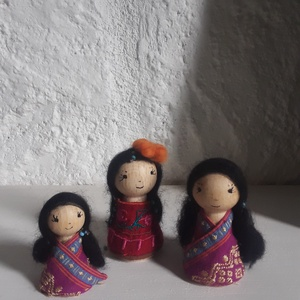 Anya és lányai- Illatos búzazsák készlethez, Játék & Gyerek, Társasjáték & Puzzle, Varrás, A képen lévő fababákat a textilkirakókhoz készítettem A nagyobbak 8 cm-esek, a pici 6 cm. Ruhájuk hí..., Meska