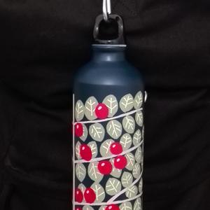 Madárbirs palack, NoWaste, Festett tárgyak, Tulajdonságok:\n\nKézzel festett, egyedi díszítés\nAlumínium palack műanyag kupakkal\nCsak vizet lehet b..., Meska