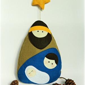 SZENT CSALÁD- karácsonyi dekoráció, Karácsony & Mikulás, Karácsonyi kopogtató, Varrás, Filcből készült függő karácsonyi dekoráció.\n\nMÉRETE\nMagassága a zsinórral 54 cm.\nSzélessége 20 cm.\n\n..., Meska