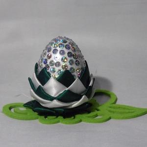 Húsvéti tojás , Húsvéti díszek, Ünnepi dekoráció, Dekoráció, Otthon & lakás, Mindenmás, Húsvéti asztali dekoráció hungarocel tojás alapon, hologramos flitterekkel és szatén szalag díszítés..., Meska