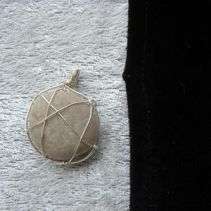 Tengerparti kőből készült medál (evadrotekszer) - Meska.hu
