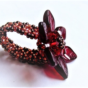 Bordó színű gyöngyből készült virág alakú gyűrű, Ékszer, Gyűrű, Gyöngyfűzés, gyöngyhímzés, Swarovski kristályból, cseh üveggyöngyből, kásagyöngyből, gyöngyfűzési technikával készült, bordó sz..., Meska