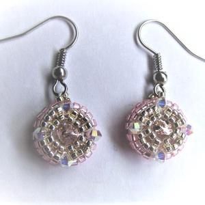 Rózsaszín gyöngyfűzött fülbevaló, Ékszer, Fülbevaló, Ékszerkészítés, Rózsaszín és ezüst színű kásagyöngyökből,  Swarowski kristályokból és egy-egy rivoliból, gyöngyfűzés..., Meska
