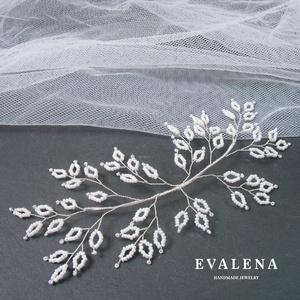Fehér leveles ezüst hajdísz, Esküvő, Hajdísz, ruhadísz, Gyöngyfűzés, gyöngyhímzés, Köszönöm a megtekintést :)\n\nA képen egy elegáns menyasszonyi hajdísz látható, amelyhez apró, fehér j..., Meska