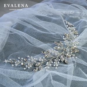 Hófehér gyöngyös - kristályos hajékszer, Esküvő, Esküvői ékszer, Hajdísz, ruhadísz, Ékszerkészítés, Gyöngyfűzés, gyöngyhímzés, Köszönöm a megtekintést :)\n\nA képen egy elegáns, csillogó menyasszonyi hajdísz látható, amelyhez kül..., Meska