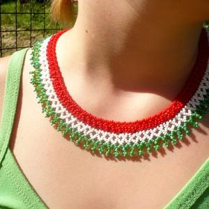 magyar színekben pompázó nyaklánc-fülbevaló együttes, gyöngygallér, gyöngynyaklánc, gyöngyékszer, ajándék (Evamanufaktura) - Meska.hu