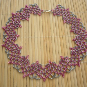 szürke-rózsaszín csipkeszerű gyöngy nyakék, gyöngynyaklánc, ajándék, Ékszer, Gyöngyös nyaklác, Nyaklánc, Gyöngyfűzés, gyöngyhímzés, Meska