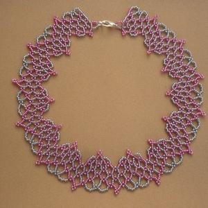 szürke-rózsaszín csipkeszerű gyöngy nyakék, gyöngynyaklánc, ajándék - ékszer - nyaklánc - gyöngyös nyaklác - Meska.hu