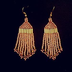 Arany színű gyöngy fülbevaló, Ékszer, Fülbevaló, Esküvő, Nyaklánc, Ékszerkészítés, Gyöngyfűzés, gyöngyhímzés, Arany színű kásagyöngy és arany színű kristálygyöngy felhasználásával készült fülbevaló.\n\nHossza: 7,..., Meska