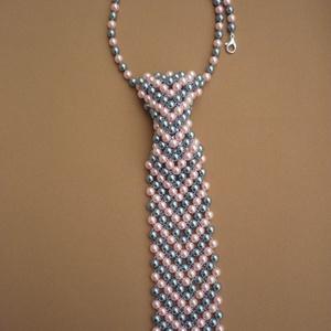 Szürke-rózsaszín mintás női nyakkendő nyaklánc, nyakkendő ékszer, gyöngyékszer, ajándék nőknek - ékszer - nyaklánc - gyöngyös nyaklác - Meska.hu