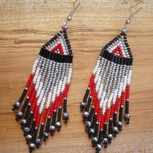 fekete-fehér-ezüst-piros hosszú lógós gyöngy fülbevalók, ajándék, Ékszer, Csillár fülbevaló, Fülbevaló, Gyöngyfűzés, gyöngyhímzés, Meska