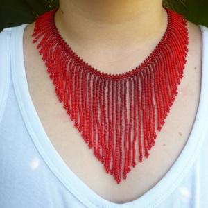 Piros színátmenetes őcsényi rojtos gyöngynyaklánc, népi ékszer, Ékszer, Statement nyaklánc, Nyaklánc, Őcsényi rojtos népi ékszer nyaklánc modern, színátmenetes színvariációban. Négyféle piros szín felha..., Meska