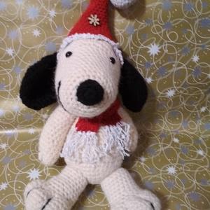 Snoopy mikulás sapkában, Gyerek & játék, Játék, Játékfigura, Plüssállat, rongyjáték, Baba-és bábkészítés, Horgolás, Snoopy már készül az ünnepekre! Mikulás sapit és sálat vett fel, így várja , hogy egy kedves kisgyer..., Meska