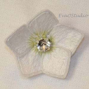 3D hímzett fehér hunyor virág bross, kitűző, Ékszer, Kitűző & Bross, Kitűző, Hímzés, A karácsonyi rózsaként is ismert hunyor hímzett formában brossként csinos és elegáns kiegészítője le..., Meska