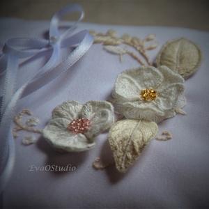 Gyűrűpárna virágokkal, gyöngyökkel, rózsákkal, képpé alakítható, Esküvő, Kiegészítők, Gyűrűtartó & Gyűrűpárna, Hímzés, Romantikus gyűrűpárna különleges 3D virágokkal, levelekkel, stumpwork kézi hímzéssel készítve. Kis ..., Meska