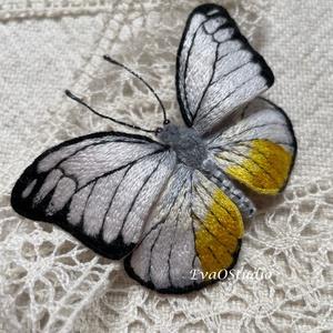 Pillangó bross, lepke kitűző, Ékszer, Kitűző és Bross, Kitűző, Hímzés, A saját tervezésű és kivitelezésű hímzett pillangó minden részlete aprólékos munka során kézzel kész..., Meska