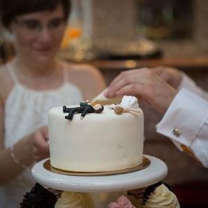 Esküvői tortadísz, Sütidísz, Dekoráció, Esküvő, Gyurma, Egyedi, személyre szabott tortadísz, amely polymerből készül. Magas hőfokon van kiégetve, így tartós..., Meska