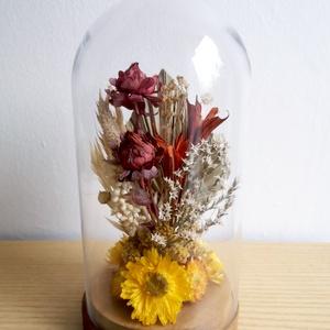 Pálmaleveles szárazvirág kompozíció üvegbúra alatt, Otthon & Lakás, Dekoráció, Csokor & Virágdísz, Szárított virágokból készült virágdísz, üvegbúra alatt, fa alátéten.  Az üvegbúra magassága 200 mm, ..., Meska