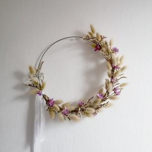 Tavaszi hangulatú fémkarika fali dísz, Otthon & Lakás, Dekoráció, Ajtódísz & Kopogtató, Virágkötés, Falra, ajtóra lógatható szárazvirág dísz, ⌀ 25 cm hullámdrót karikára rögzítve.\n\nFelhasznált virágok..., Meska