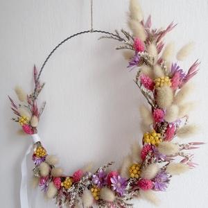 Tavaszi hangulatú fémkarika fali dísz, kopogtató, Otthon & Lakás, Dekoráció, Ajtódísz & Kopogtató, Falra, ajtóra lógatható szárazvirág dísz, ⌀ 25 cm hullámdrót karikára rögzítve.  Felhasznált virágok..., Meska