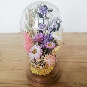 Sokvirágos szárazvirág kompozíció üvegbúra alatt, Otthon & Lakás, Dekoráció, Asztaldísz, Virágkötés, Szárított virágokból készült virágdísz, üvegbúra alatt, fa alátéten.\n\nAz üvegbúra magassága 200 mm, ..., Meska