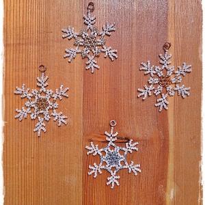 Kása hópihék, Otthon & Lakás, Karácsony & Mikulás, Karácsonyfadísz, Gyöngyfűzés, gyöngyhímzés, Rézdrótra fűztem a képen látható hópelyheket, kásagyöngyből. Az átmérőjük körülbelül 5 cm. Szaténsza..., Meska