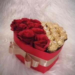 Rózsabox Ferrero Roche-val , Otthon & Lakás, Dekoráció, Díszdoboz, Virágkötés, Nagyon szép, szív alakú rózsabox, amely élethű rózsával, Ferrero-val díszített. Igény szerint több m..., Meska