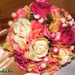Rózsa-Hortenzia Kerek Csokor esküvőre,ballagásra, Esküvő, Esküvői csokor, Esküvői dekoráció, Dekoráció, Otthon & lakás, Ballagás, Ünnepi dekoráció, Virágkötés, Hortenzia-rózsa és dércsípte hóbogyó alkotja a csokrot kevés eukaliptusz díszítéssel. Az alapja egy ..., Meska