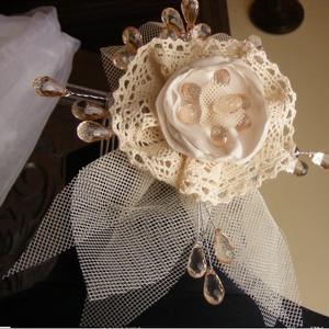 Menyasszonyi Hajdísz Vintage virág,csipkével, Esküvő, Fésűs hajdísz, Hajdísz, Vintage stílusú,ekrü csipkés hajba való,amelyet egy konty fésüre dolgoztam rá.Ekrü tüll és picit bar..., Meska