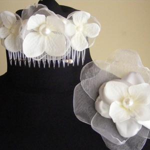 Fehér Hortenziás Hajdísz Esküvőre, Esküvő, Esküvői ékszer, Hajdísz, ruhadísz, Menyasszonyi ruha, Fésűre dolgoztam rá a fehér Hortenzia virágokat,amit szaténból,organzából és selyem virágból állítot..., Meska