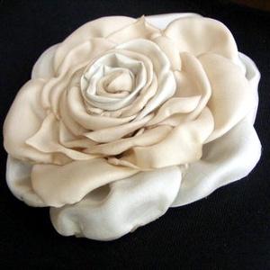 Tearózsa Hajdísz,Kitűző, Esküvő, Táska, Divat & Szépség, Hajdísz, ruhadísz, Hajbavaló, Ruha, divat, Kétféle anyag,két különböző szín jelenik meg a rózsában,amelyet hajba valóként és kitűzőként is vise..., Meska