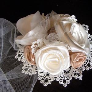 Nosztalgia csipke fátylas fejdísz,rózsás hajdísz, Fésűs hajdísz, Hajdísz, Esküvő, Virágkötés, Varrás, Csipkével díszített,szatén rózsákból álló,nosztalgikus hangulatú fejdíszt készítettem.\nA fátyol tets..., Meska