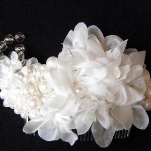 Fehér elegancia hajdísz,fejdísz esküvőre, Esküvő, Esküvői ékszer, Hajdísz, ruhadísz, Menyasszonyi ruha, Virágkötés, Varrás, Hófehér virágok és varrott gyöngyök alkotják ezt a kis hajdíszt,amely jól mutat feltűzött kontyban h..., Meska