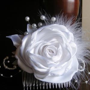 Fehér hajdísz tearózsával esküvőre, Esküvő, Esküvői ékszer, Hajdísz, ruhadísz, Menyasszonyi ruha, Hófehér szatén rózsa gyöngyből készült bimbókkal és tollal alkot egy mutatós hajba valót. Kontyfésűr..., Meska