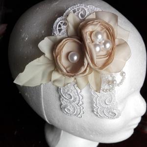 Csipke hajdísz esküvőre, Esküvő, Kontydísz & Hajdísz, Hajdísz, Taft selyem virágokból készítettem egy kompozíciót,ezt egy csipke alapra varrtam.Hangulatos és noszt..., Meska