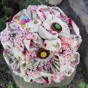 Lenvászon virág csokor, Otthon & lakás, Esküvő, Dekoráció, Lakberendezés, Csokor, Lenvászonból készítettem a virágokat,gombokat varrtam porzókként. Hangulatos vidám csokrok,amelyeket..., Meska