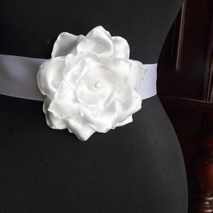 Szatén öv nagy fehér virággal, Esküvő, Esküvői ékszer, Hajdísz, ruhadísz, Menyasszonyi ruha, Egyszerűen elegáns fehér öv szaténból,közepén strasszos gyöngyrátét.Esküvőre ajánlom elsősorban,de m..., Meska