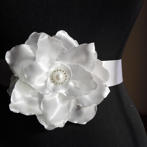 Szatén öv nagy fehér virággal (eviara) - Meska.hu