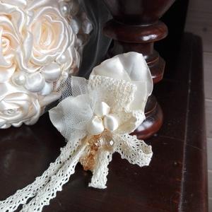 Kitűző esküvőre ,leveles-gyöngyös, Esküvő, Hajdísz, ruhadísz, Esküvői ékszer, Menyasszonyi ruha, Virágkötés, Varrás, Leveles-gyöngyös kitűző,pezsgő színű szaténból és csipkéből.\nKifinomult ,Vintage stílusú ruhadísz.Aj..., Meska