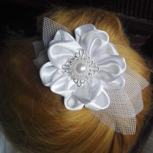 Brossvirág hajdísz,esküvőre, Esküvő, Esküvői ékszer, Hajdísz, ruhadísz, Menyasszonyi ruha, Szaténból,tüllből,bross díszítéssel készült,fehér virág hajdísz. Kitűnő választás,ha nem szeretnél f..., Meska