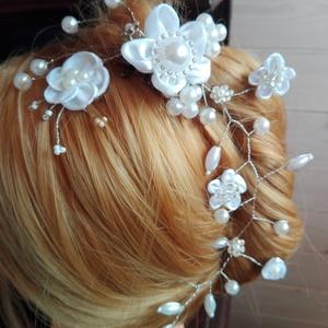 Hajdísz fehér virágos,esküvőre, Esküvő, Hajdísz, ruhadísz, Menyasszonyi ruha, Esküvői ékszer, Ékszerkészítés, Varrás, Gyöngyös drótékszert készítettem fehér és halvány púder rózsaszín gyöngyökből.A púder gyöngyök csak..., Meska