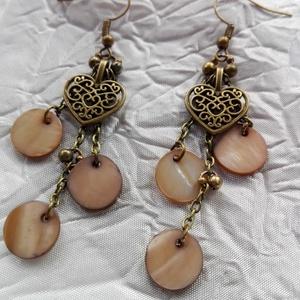 Antik bronz-kagylóhéj fülbevaló, Ékszer, Lógós fülbevaló, Fülbevaló, Antik bronz fémrészek,kagylóhéj korongok.Nikkelmentes. Méret:hossza akasztóval együtt 7,5 cm.A szív ..., Meska