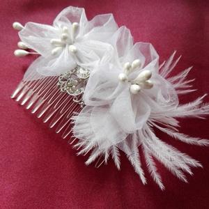 Menyasszonyi virág,brossal, Esküvő, Esküvői ékszer, Hajdísz, ruhadísz, Menyasszonyi ruha, Varrás, Virágkötés, Elegáns hajfésű menyasszonyoknak,vagy koszorúslányoknak.Organza virágok,bross és marabu toll.\nA fésű..., Meska